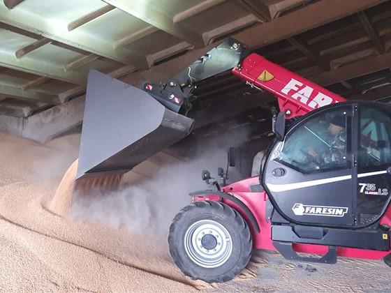 Зерновой ковш Premium – из нового поколения навесного оборудования Метатэкс для телескопических погрузчиков